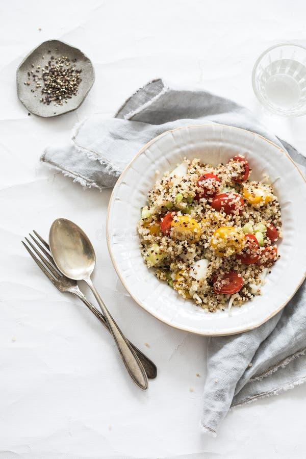 Vegetarische quinoa salade met tomaten royalty-vrije stock foto's