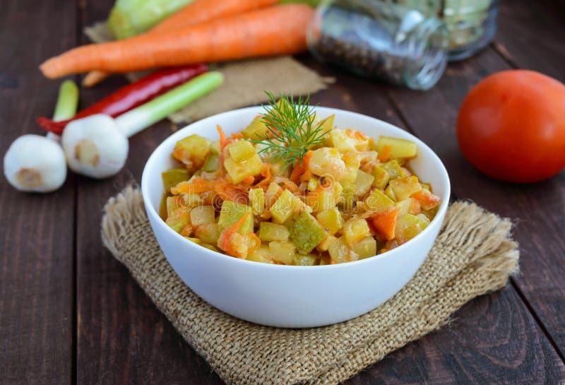 Vegetarische ragoût van de zomergroenten (courgette, wortelen, tomaten, kruiden, knoflook, Spaanse pepers) stock afbeelding