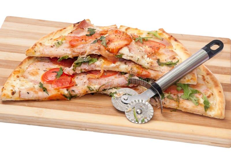 VEGETARISCHE RUCOLA TOMATEN-PIZZA DES TRENNMESSER- lizenzfreies stockbild