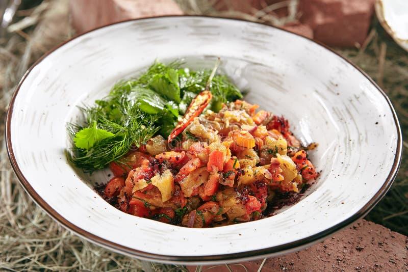 Vegetarische Salade met Gebakken Groenten dicht omhoog op Rustieke Stijl royalty-vrije stock foto's