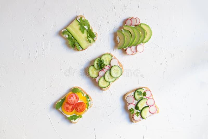 Vegetarische sandwich met avocado, radijs, komkommer en verse kaas, gezonde snack voor kinderen en volwassenen, hoogste mening royalty-vrije stock afbeeldingen