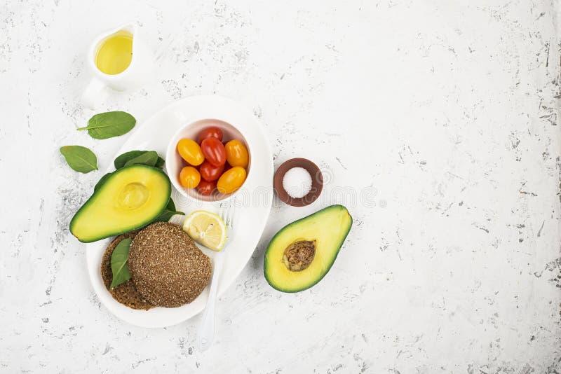 Vegetarische sandwich met kersentomaten en avocado voor een gezond ontbijt, snack Hoogste mening De ruimte van het exemplaar royalty-vrije stock fotografie