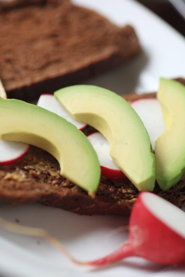 Vegetarische sandwich met radijs en avocado stock fotografie
