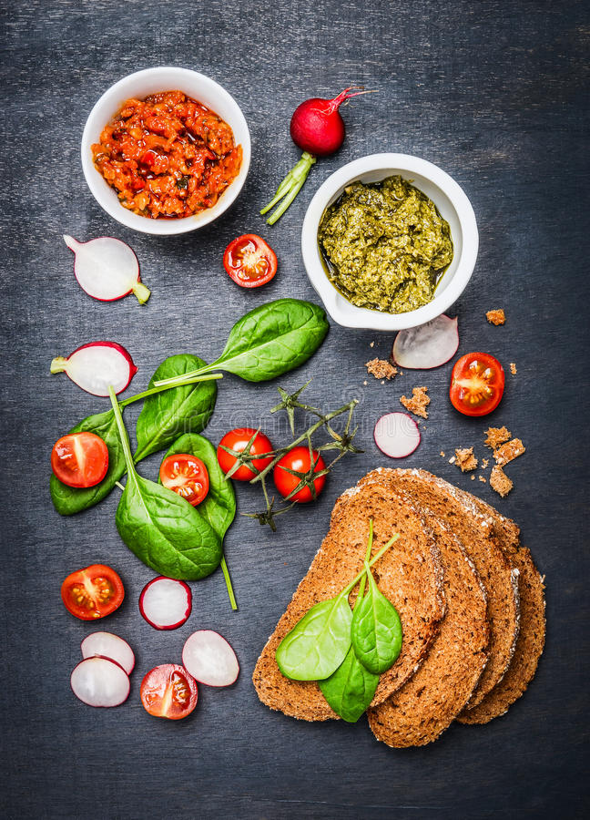 Vegetarische Sandwichbestandteile auf dunklem Hintergrund lizenzfreie stockbilder