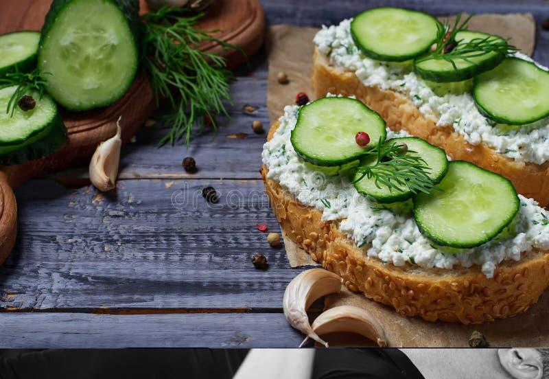 Vegetarische Sandwiche mit Hüttenkäse und Gurke stockfoto