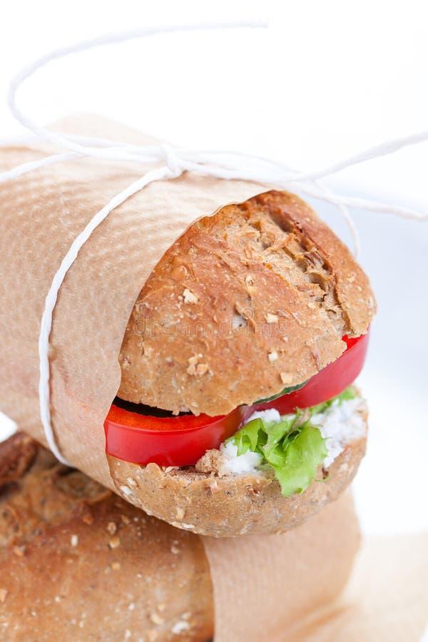 Vegetarische Sandwiche mit rotem Paprika, Gurke, letucce und Hüttenkäse stockbild