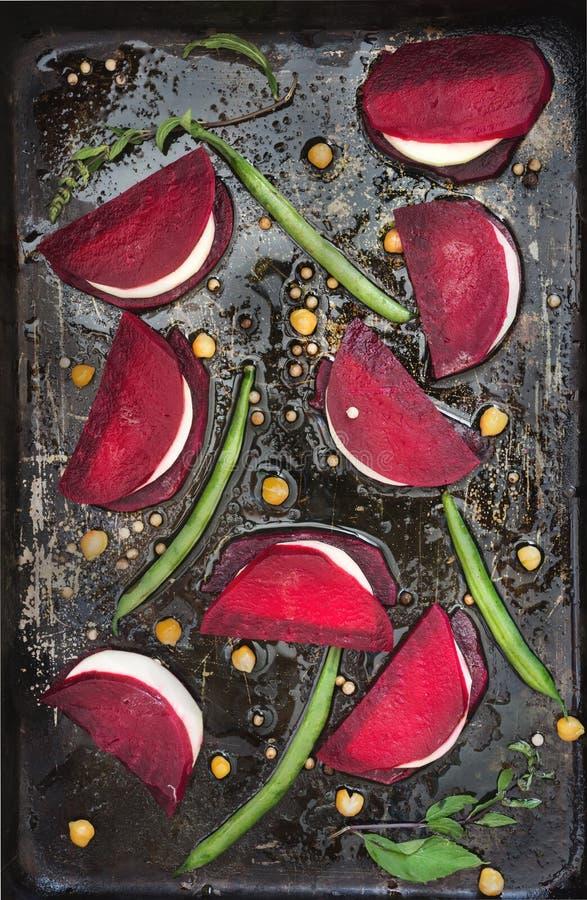 Vegetarische Sandwiches aus gebackener Rübe und Gartengemüse oder Feta-Käse mit Olivenöl auf schwarzer Pfanne lizenzfreies stockbild