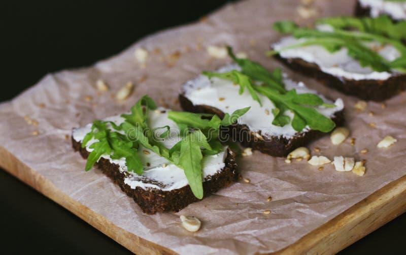 Vegetarische sandwiches op korrelbrood, zachte kaas en okkernoten stock afbeelding