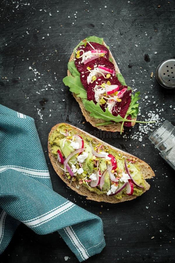 Vegetarische sandwiches op zwarte van hierboven royalty-vrije stock afbeelding