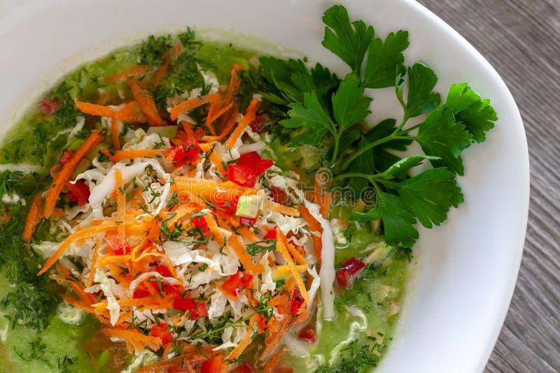 Vegetarische schotel De soep van de veganist groene die kool van Chinese cabb wordt gemaakt royalty-vrije stock foto's