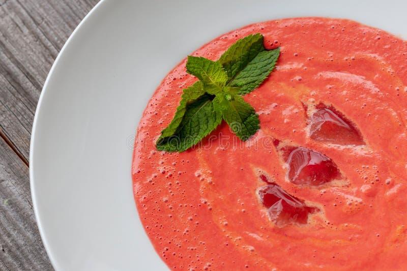 Vegetarische schotel Gazpachosoep van tomaten, komkommers die, pe wordt gemaakt stock foto's