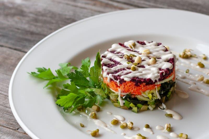 Vegetarische schotel: gelaagde salade van wakame, bieten, wortelen, zucchi royalty-vrije stock afbeelding