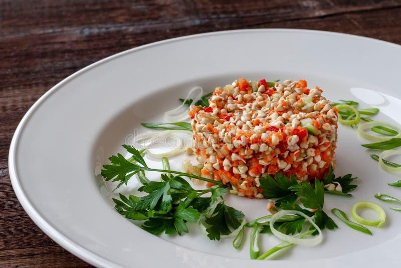 Vegetarische schotel: salade van ontsproten boekweitzaden met komkommer stock afbeeldingen