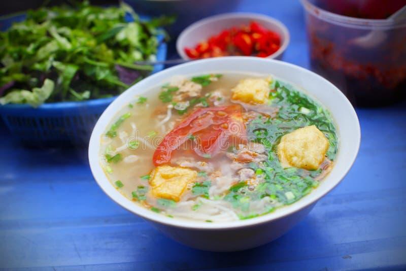 Vegetarische Suppe mit gebratenem Tofu, Tomate und Scallion stockfoto
