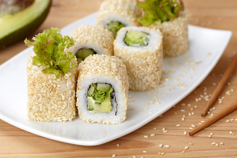 Vegetarische Sushirolle Kaliforniens mit Avocado stockfotos