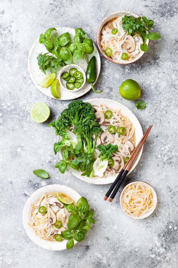Vegetarische traditionele Vietnamese soep Pho BO met kruiden, rijstnoedels, broccolini, bok choy Aziatisch voedselconcept royalty-vrije stock fotografie
