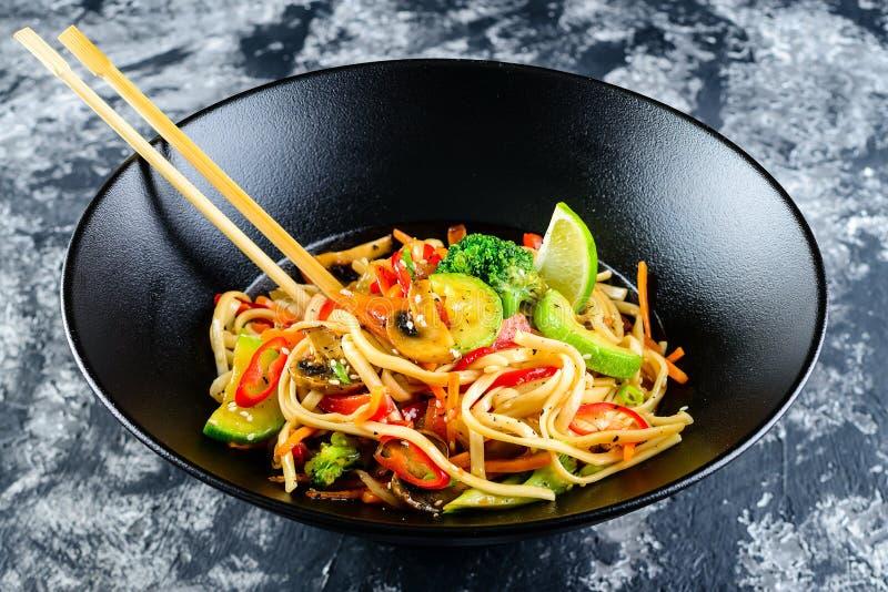 Vegetarische Udon-noedels met groenten royalty-vrije stock foto's