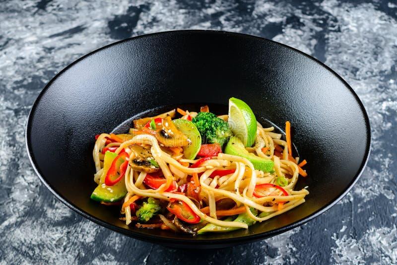 Vegetarische Udon-noedels met groenten royalty-vrije stock foto