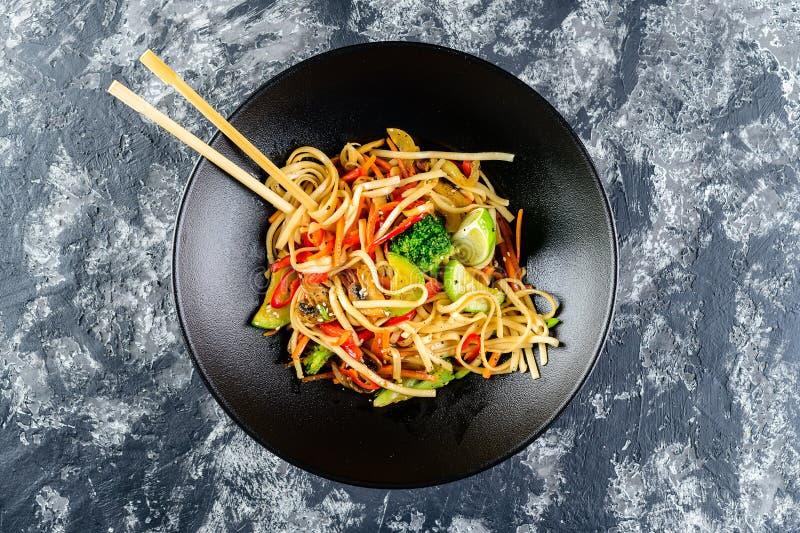 Vegetarische Udon-noedels met groenten stock afbeelding
