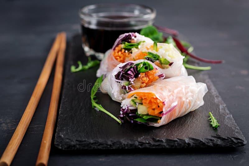 Vegetarische Vietnamese de lentebroodjes met kruidige saus, wortel, komkommer royalty-vrije stock afbeelding