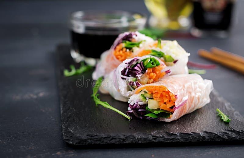 Vegetarische Vietnamese de lentebroodjes met kruidige saus, wortel, komkommer stock fotografie