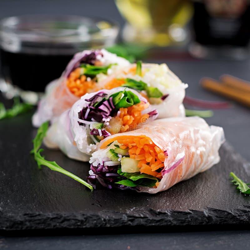 Vegetarische Vietnamese de lentebroodjes met kruidige saus, wortel, komkommer stock foto's