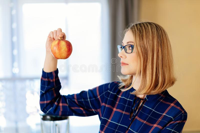 Vegetarische vrouw met vrouw in keuken stock afbeeldingen