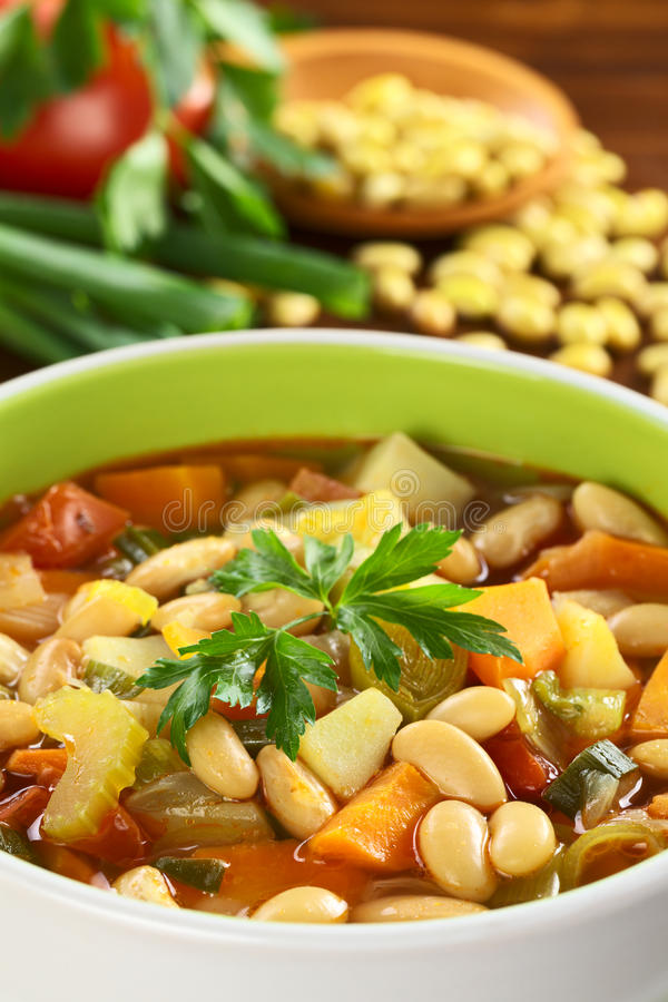 Vegetarische zitronengelbe Bohnensuppe stockfoto