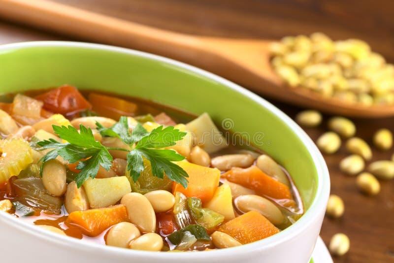 Vegetarische zitronengelbe Bohnensuppe stockbilder