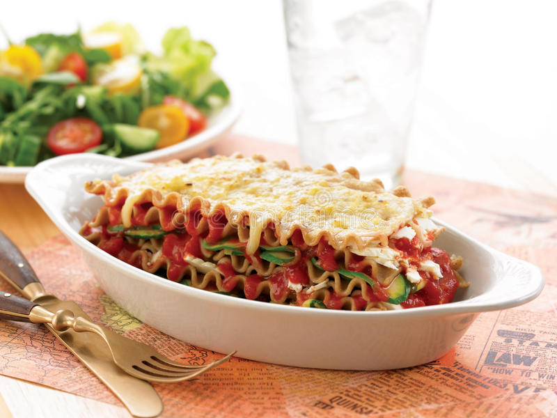 Vegetarische Zucchini- und Fetalasagne lizenzfreie stockbilder