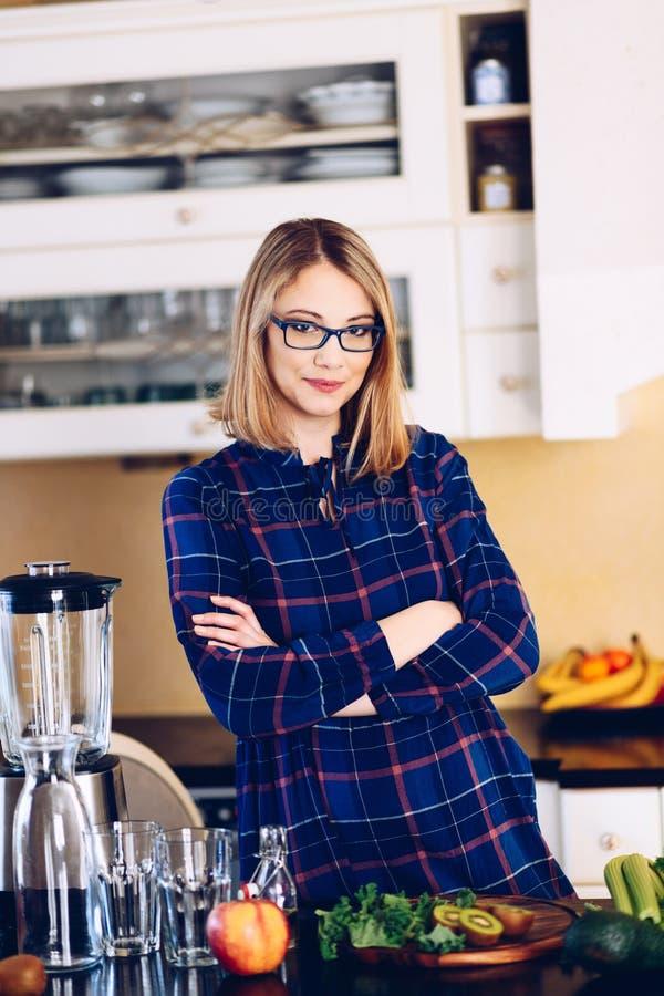 Vegetarische zwangere vrouw in keuken stock foto's