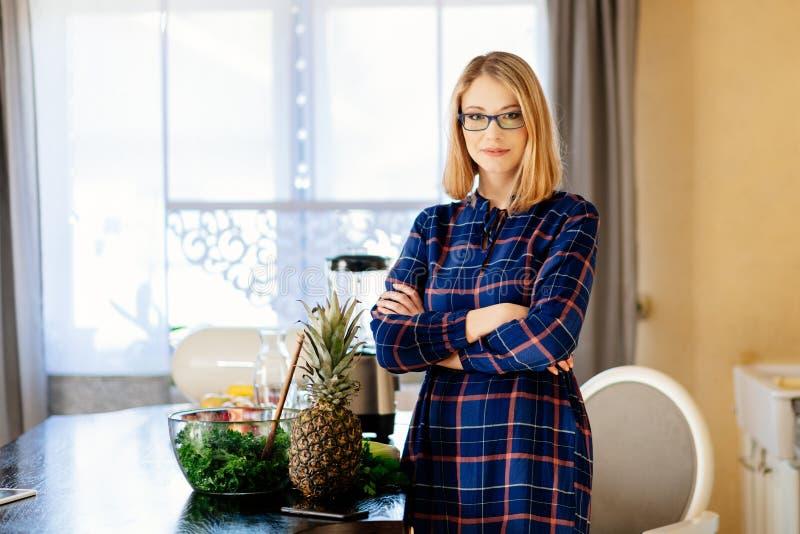 Vegetarische zwangere vrouw in keuken royalty-vrije stock foto's