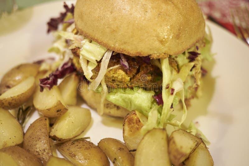 Vegetarischer Burger mit gebratenen Kartoffeln lizenzfreie stockfotografie