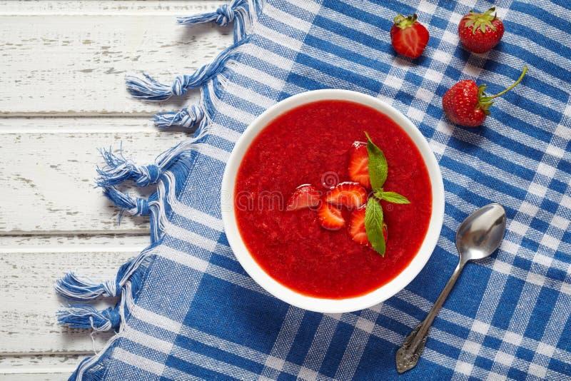 Vegetarischer kalter süßer Smoothie Beere der frischen organischen Erdbeercremesuppe stockfotos