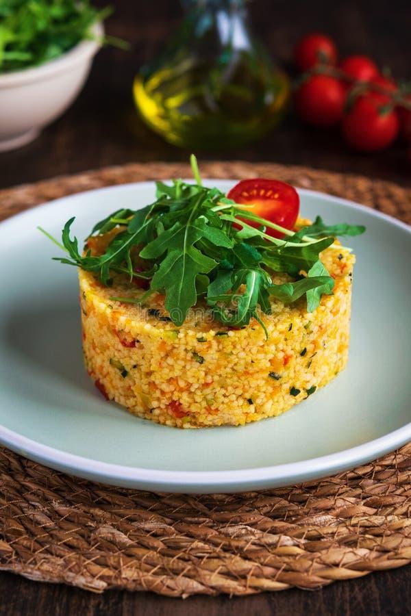 Vegetarischer Kuskussalat mit Gemüse, Zucchini, Karotten, Gemüsepaprikas und Gewürzen Getreide-Eignungstab für Diät Richtige Nahr stockbilder