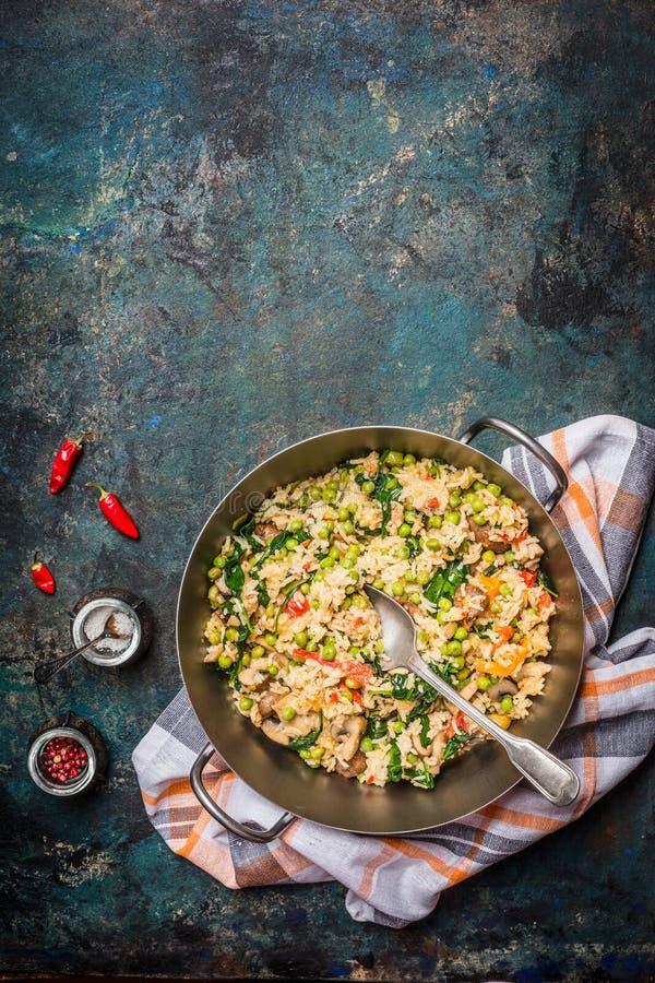 Vegetarischer Lebensmittelhintergrund mit Reisgemüseteller und Gewürzen, Draufsicht stockbild