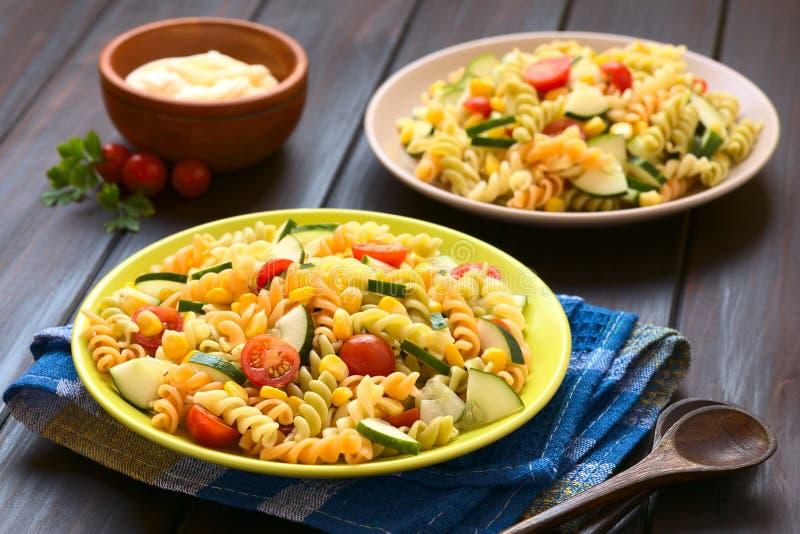 Vegetarischer Nudelsalat stockbilder