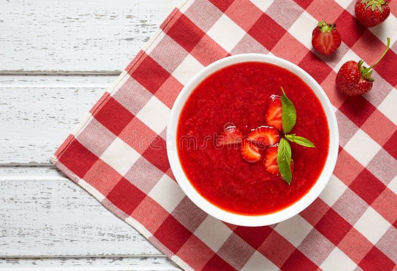 Vegetarischer süßer Smoothie Beere der natürlichen organischen frischen rohen Erdbeercremesuppe lizenzfreies stockbild