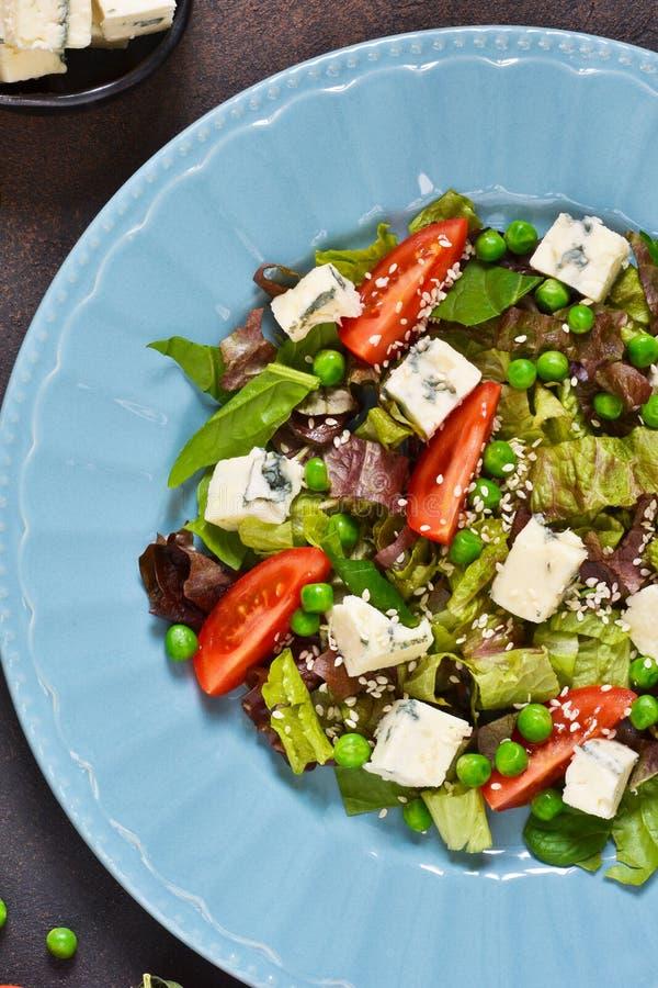 Vegetarischer Salat mit Blauschimmelkäse, Tomaten, grüne Erbsen lizenzfreie stockfotos