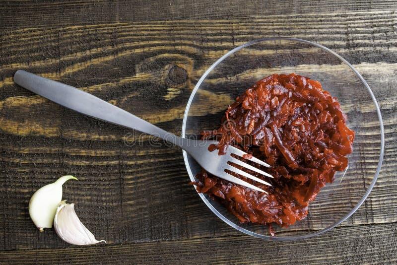 Vegetarischer Salat von roten Rüben, von Karotten, von Knoblauch und von Olivenöl stockfotos
