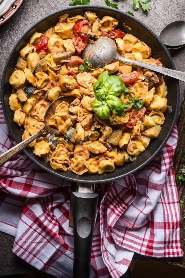 Vegetarischer Tortellinitopf mit Gemüse sauce und Löffel, Draufsicht, Abschluss oben Gesundes Kochen und Essen Italienische Nahru lizenzfreies stockbild