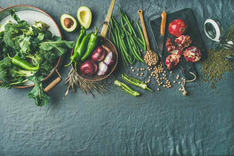 Vegetarisches Lebensmittel des Winters, das Bestandteile, grauen Leinenhintergrund, Kopienraum kocht lizenzfreies stockfoto