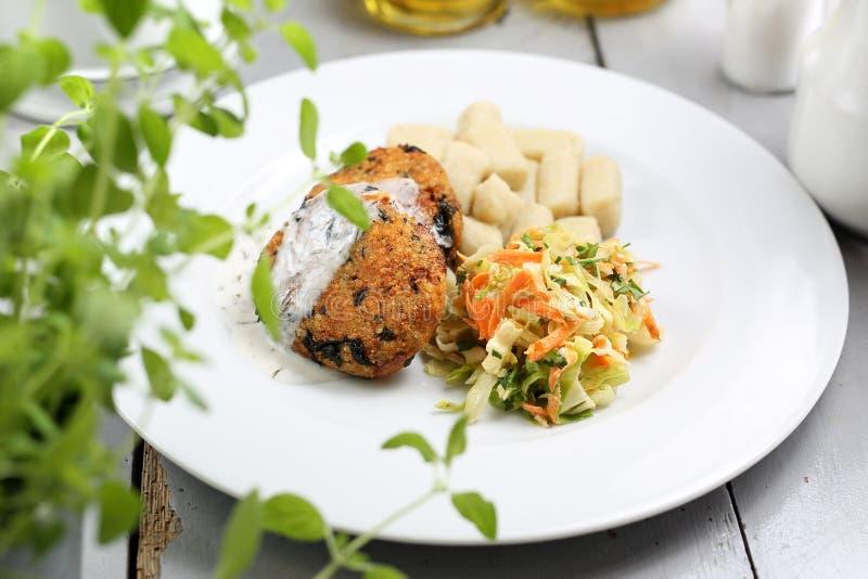Vegetarisches Mittagessen, gesundes Gemüsekotelett mit Mehlklößen und Weißkohlsalat stockfoto