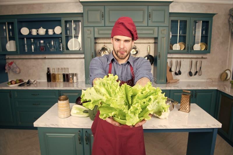 Vegetarisches Rezept des Mannkochs mit Frischgem?se Frischgem?se der Auswahl Gem?sehauptleitungsbestandteil Rezept mit frischem lizenzfreie stockbilder