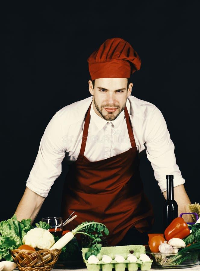 Vegetarisk begreppsman med borstet i den burgundy kocken eller kocklikformig royaltyfri bild
