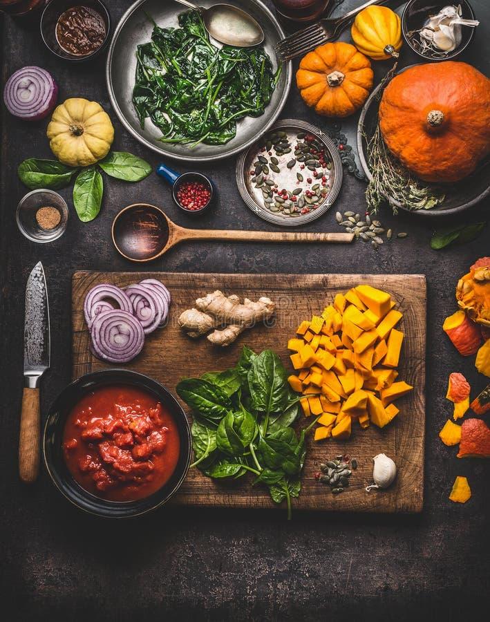 Vegetarisk förberedelse för pumpamaträttmatlagning Olika sunda organiska grönsaker på skärbräda med kniven på lantlig köktabl fotografering för bildbyråer