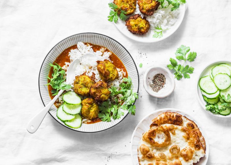 Vegetarisk grönsakkofta med ris- och currysås Struvor för flaskkalebass och zucchini Sund vegetarisk mat på ljus backgro royaltyfri fotografi