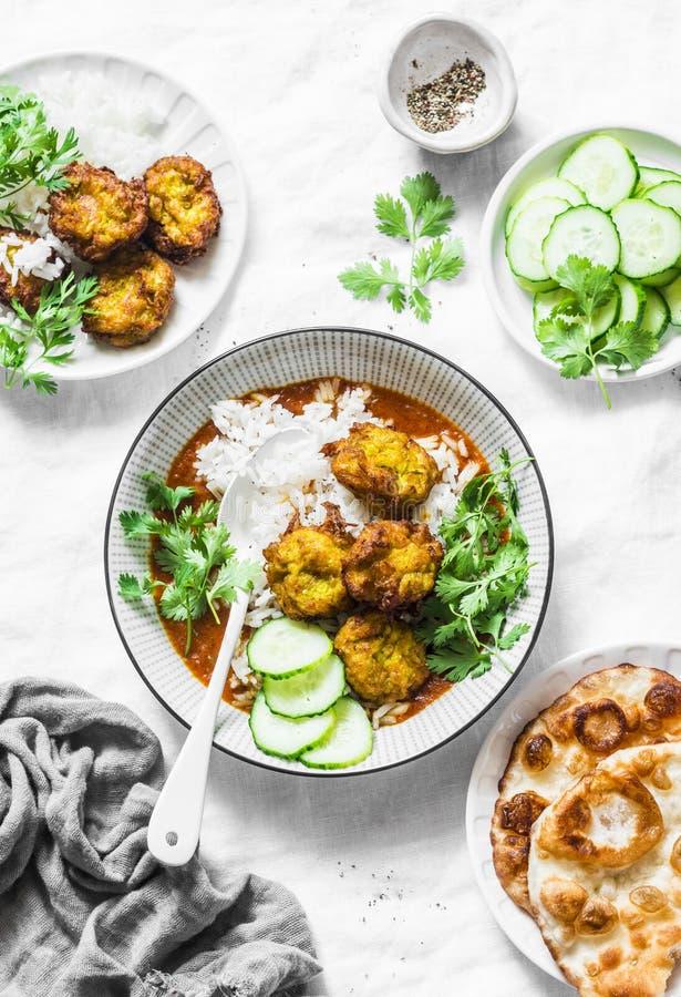 Vegetarisk grönsakkofta med ris- och currysås Struvor för flaskkalebass och zucchini Sund vegetarisk mat på ljus backgro royaltyfri foto