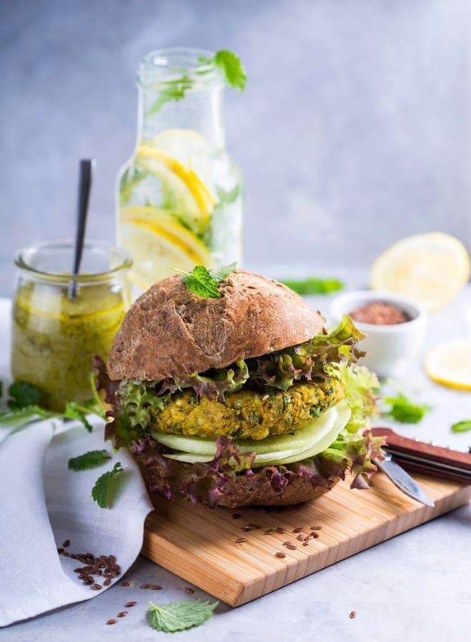 Vegetarisk hamburgare royaltyfri bild