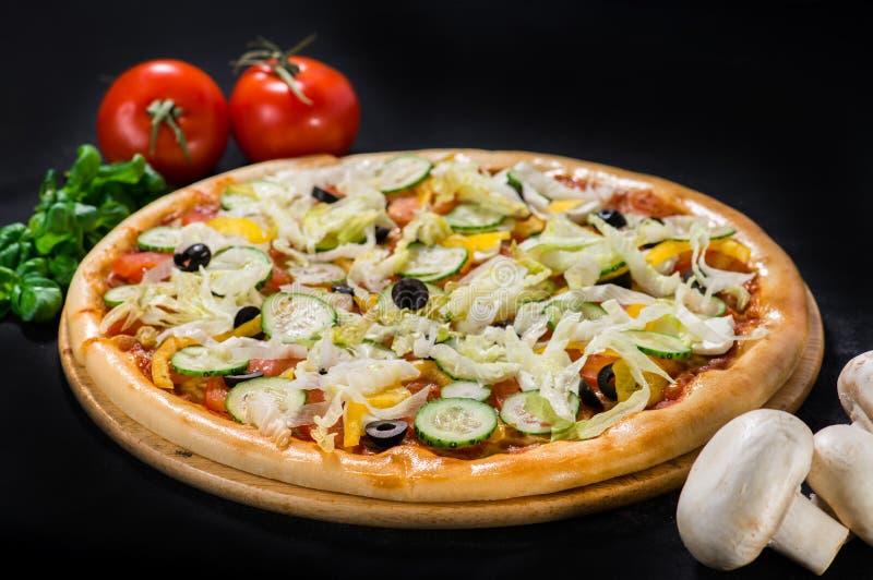 Vegetarisk läcker grekisk pizza med mozzarella- och fetaost arkivbild